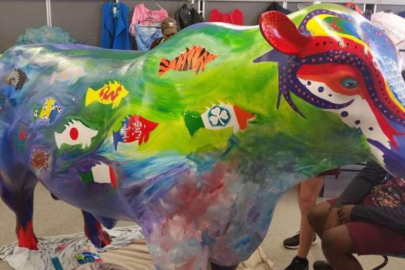 澳洲官方舉辦活動推廣牛肉,並邀集在地學子繪製公牛塑像,由北羅坎普頓高中所繪的公牛上畫有各國國旗,其中也包含中華民國。(取自臉書 North Rockhampton State High School)
