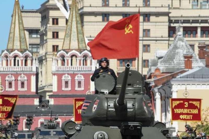 普京講話讚揚了蘇聯在第二次世界大戰中的歷史功績(紅場閲兵式中二戰時蘇軍使用過的T-34坦克)。(BBC中文網)