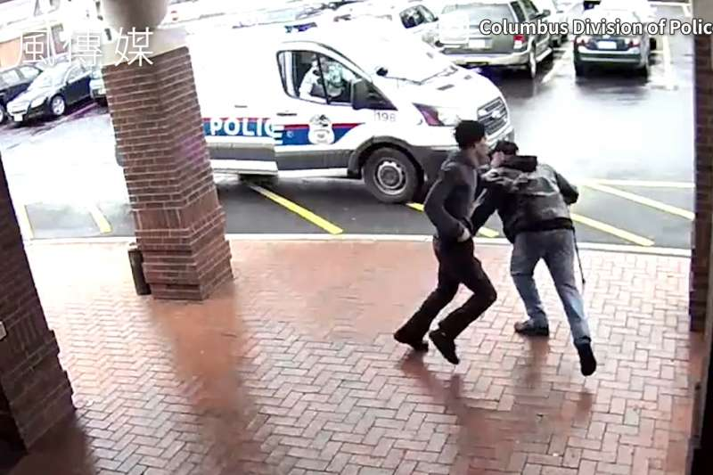 拐杖勇伯立大功!警察圍捕持槍通緝犯,老爺爺伸出「黃金右腳」剷倒嫌犯助警抓賊!