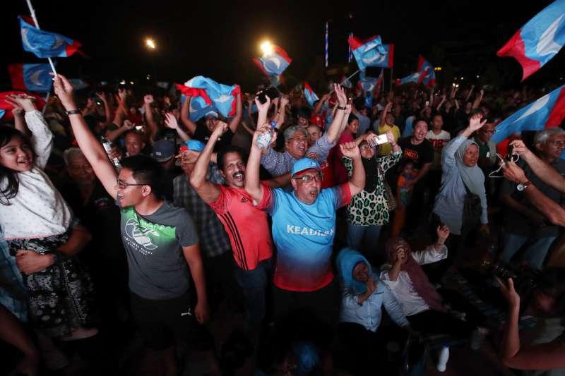 大批希望聯盟的支持者揮舞旗幟慶祝勝選。(美聯社)