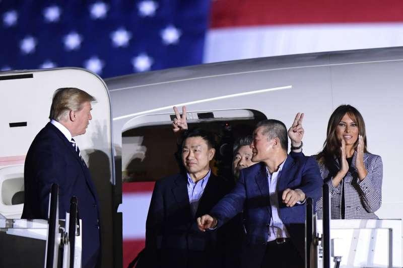 川普10日在馬里蘭州的安德魯空軍基地親自迎接返回國門的三位韓裔美國公民。(美聯社)