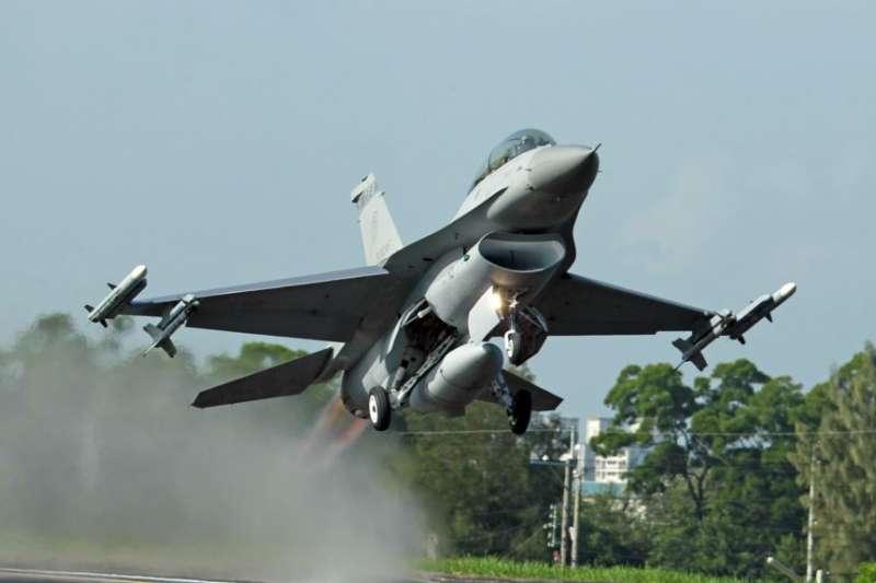 漢光軍事演習,F-16戰鬥機從公路上起飛。(美聯社)