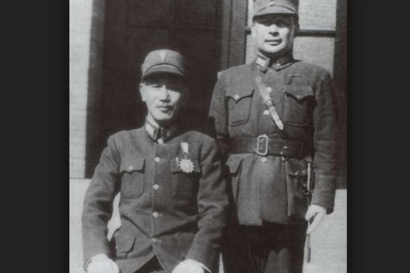 「父親進黃埔軍校那年二十九歲,年齡卻少報三歲,在通訊錄裡寫成二十六歲⋯⋯ 這也是父親首度與影響他一輩子的蔣中正委員長、蔣總統──當時是蔣校長,聯結在一起」(時報出版提供)