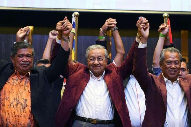 馬來西亞前總理、現希望聯盟主席馬哈蒂爾(中)(圖/澎湃新聞提供)