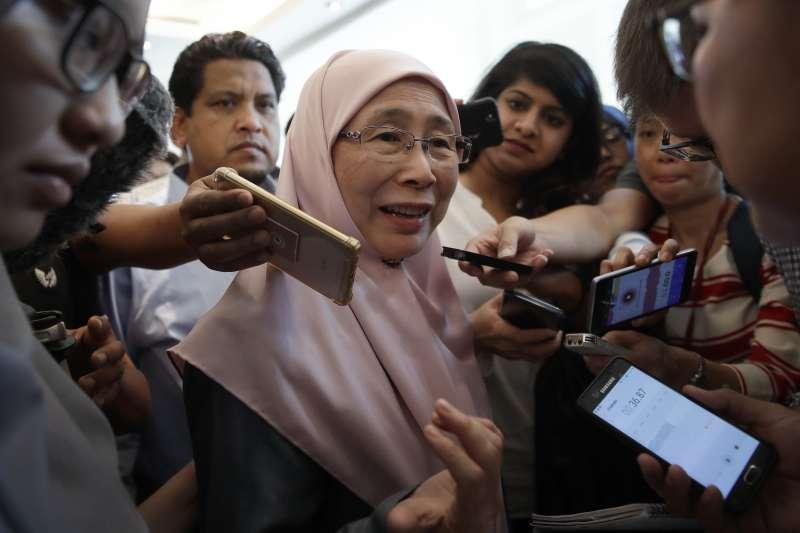 2018年5月11日安華妻子旺阿茲莎(Wan Azizah Wan Ismail)與馬哈地。(AP