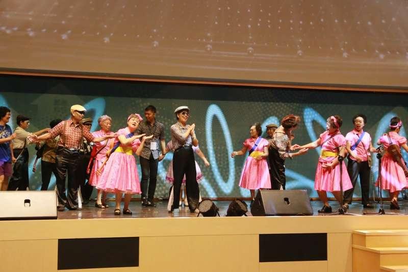 年齡加總超過6千5百歲的阿公阿嬤們,一開場演出就載歌載舞,氣勢非凡。(圖/台中旌旗教會提供)