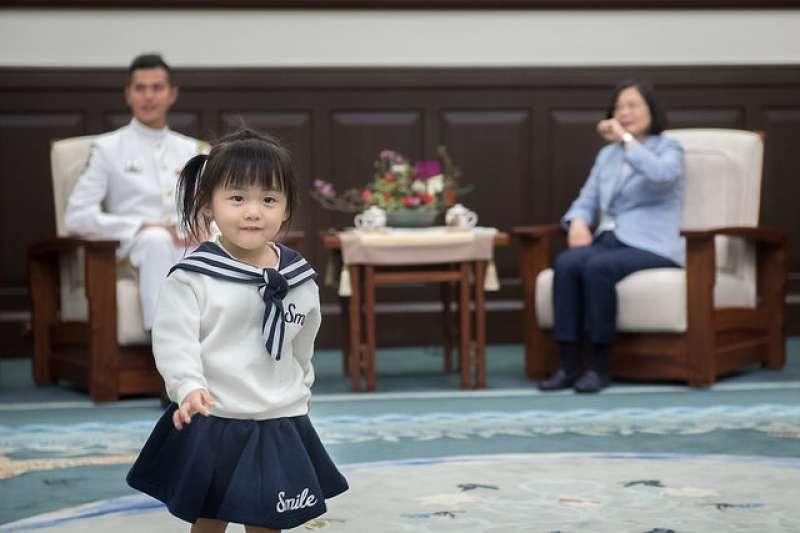 海軍儀隊上兵蘇祈麟10日獲總統蔡英文於總統府接見,蘇的女兒開心得滿場飛奔。(取自總統府)