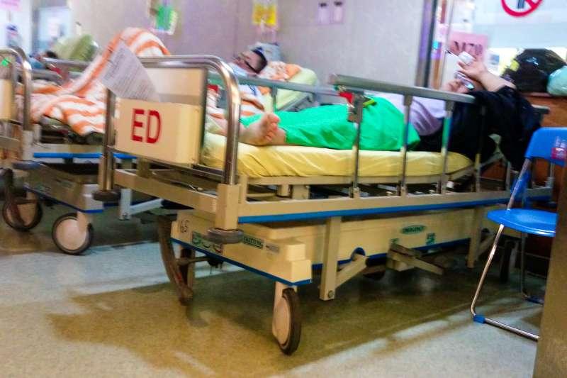 20180510-專題配圖-救護車執勤,急診室內即景,臨時病床,待診臨診病患。(陳明仁攝)