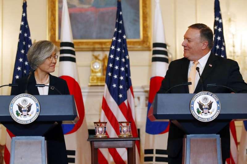 2018年5月11日,美國國務卿龐畢歐在華府與南韓外交部長康京和會面,龐畢歐表示,若北韓願意迅速棄核,美國願幫助北韓發展經濟。(AP)