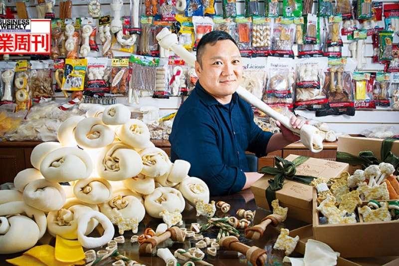 林意智接班18年,弘元皮革從低谷翻身,年營收成長5倍,未來將生產更高附加價值產品,他說,要「讓老傳產出現新火花!」(攝影者.郭涵羚)