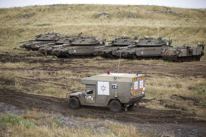2018年5月10日,伊朗與以色列爆發衝突之後,在戈蘭高地行駛的以色列國防軍救護車與坦克。(AP)