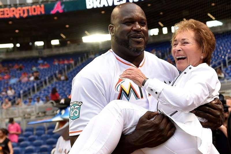 歐尼爾一把將法官茱蒂抱起,形成有趣的畫面。 (截圖自USA Today網站)