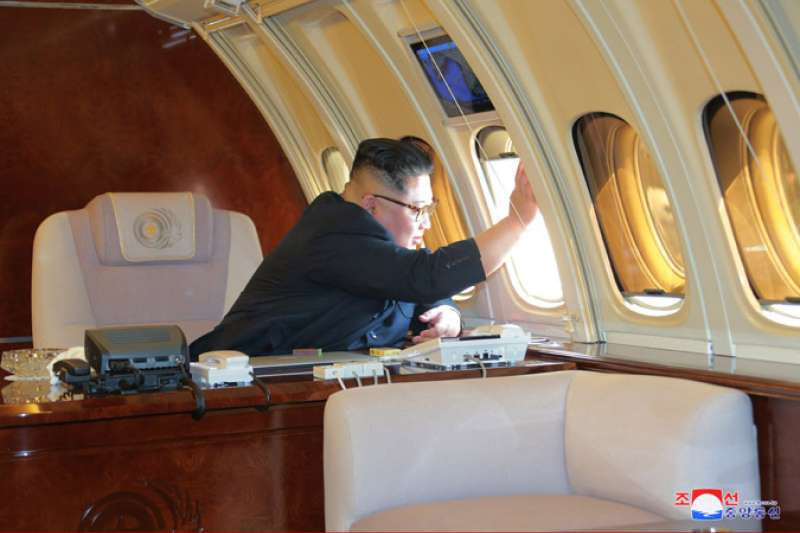 北韓最高領導人金正恩很可能已在前往新加坡的班機上。圖為金正恩2018年5月,搭乘專機「蒼鷹一號」訪問中國大連。(朝中社)