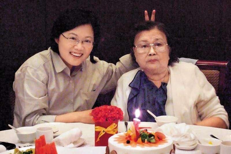 總統蔡英文(左)今早在臉書發文想念已辭世的母親張金鳳(右),並祝福全台灣的媽媽們母親節快樂。(圖取自蔡英文Tsai Ing-wen臉書)