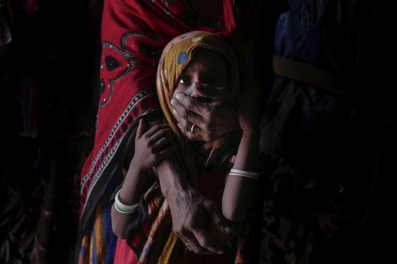 中東國家葉門內戰經年,引發大規模饑荒,許多婦女為了子女忍飢受餓(AP)