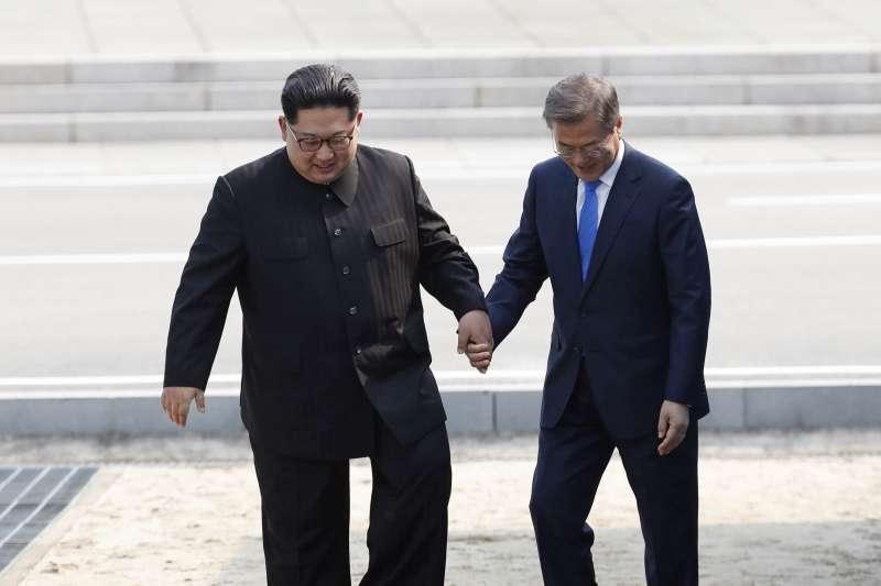 2018年4月27日「板門店峰會」,兩韓領導人文在寅、金正恩攜手跨越軍事分界線(AP)