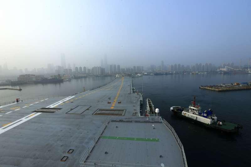 2018年5月13日,中國第一艘國產航空母艦(國產航母)駛離大連港,出海試驗。(新華社)