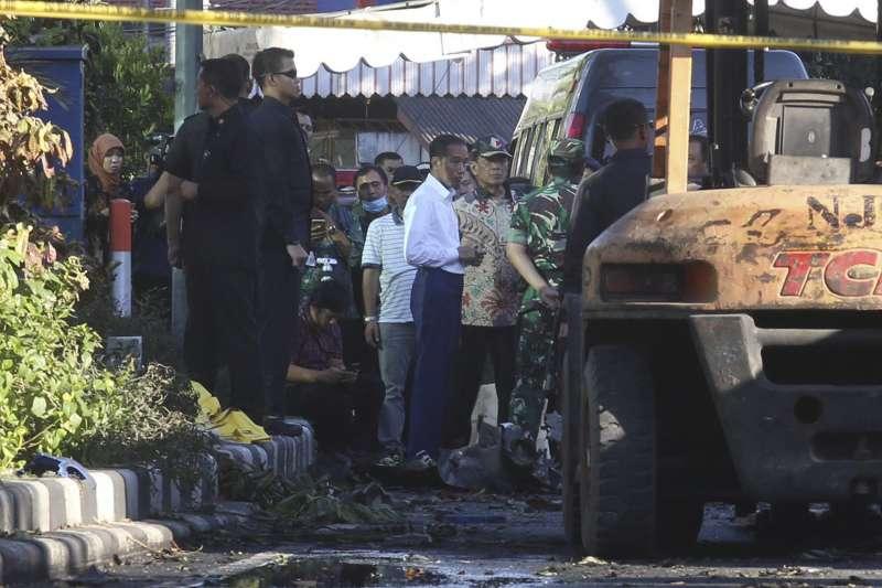20180514-印尼總統佐科威和印尼國軍總司令哈迪到泗水發生恐攻的教堂視察。(美聯社)