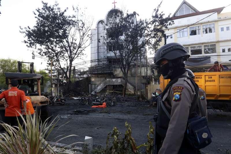 印尼第二大城泗水三間教堂14日驚傳恐攻,兇嫌為一家六口。(美聯社)