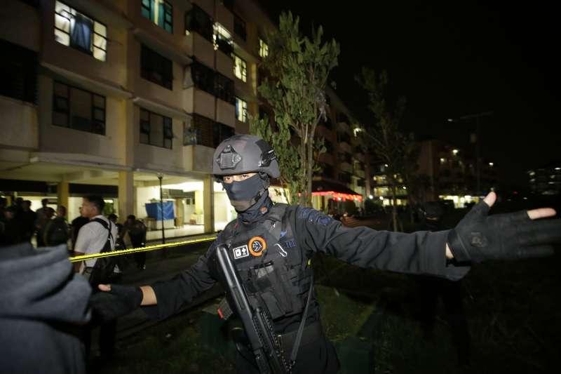 20180514-印尼泗水,印尼泗水三間教堂驚傳恐攻,警方封鎖一棟民宅大樓。(美聯社)