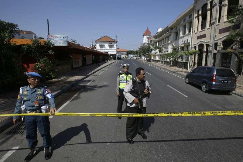 2018年5月14日,印尼泗水三間教堂驚傳恐攻,警方封鎖爆炸現場。(美聯社)
