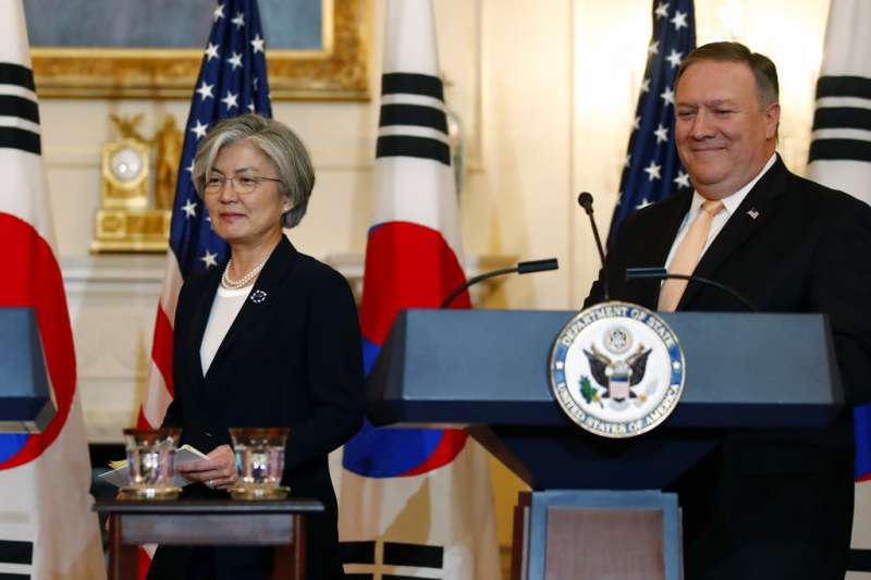 美國國務卿龐畢歐與南韓外長康京和。(美聯社)