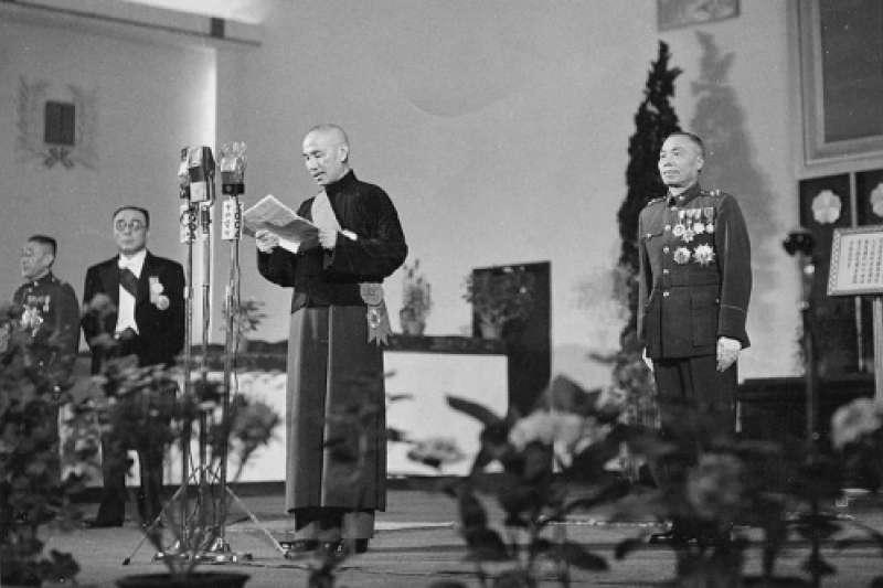 1948年5月20日,蔣介石與李宗仁行憲後第一任正副總統就職大典。(維基百科@Chien0430)