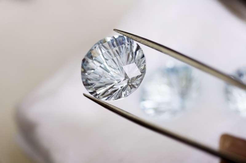科學家短短幾天就能在實驗室「養出」一顆大鑽石!「人造鑽」比天然的更純、更便宜、更道德,但多數消費者竟然還是不買單?(圖/取自Medium,愛范兒提供)