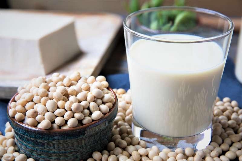 許多網路傳聞指出,市面上的豆漿可以放13天是因為含有大量防腐劑,但真的是這樣嗎?聽聽專家怎麼說。(圖/取自Kjokkenutstyr Net)