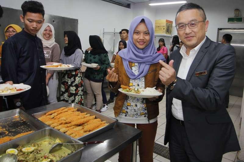 育達校長黃榮鵬校長與同學們同桌享用印尼美食。(圖/育達科大提供)