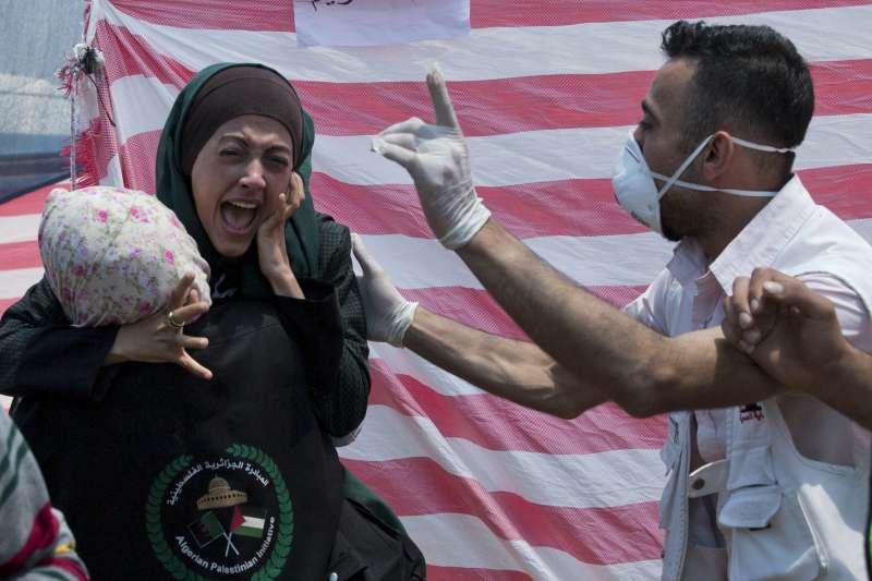2018年5月14日,巴勒斯坦人在加薩走廊大舉示威,以色列軍方實彈還擊,造成慘重死傷(AP)