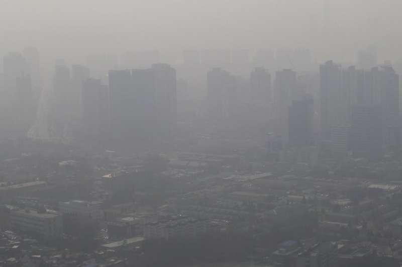 南韓空污問題嚴重,成為南韓民眾2017年最為不安的危險因素。圖為2014年2月26日,首爾遭遇懸浮微粒襲擊的市容。(AP)