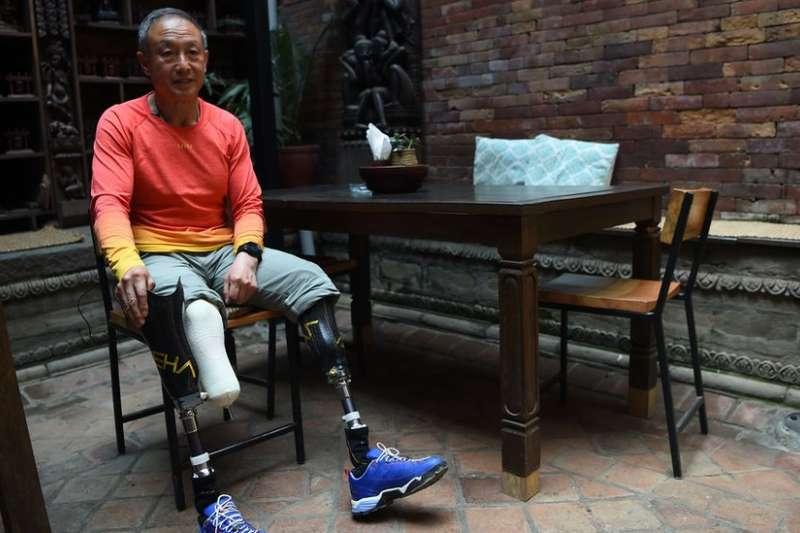 夏伯渝在1975年攀登珠峰時雙腿被凍傷。(BBC中文網)