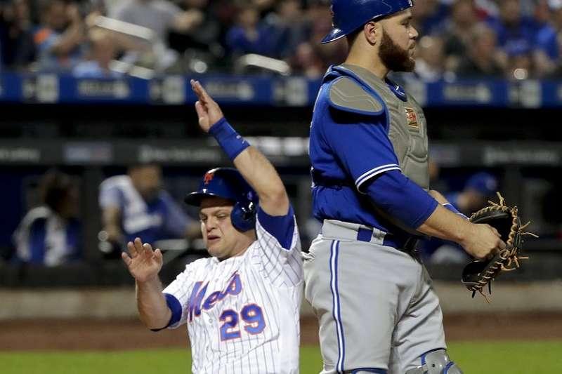 藍鳥馬丁(右)蹲捕手這個位置已有13個球季,今天對大都會卻換手套守游擊。(美聯社)