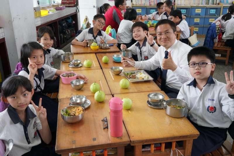 彰化縣長魏明谷與溪湖國中同學們一起享用午餐。(圖/彰化縣政府提供)