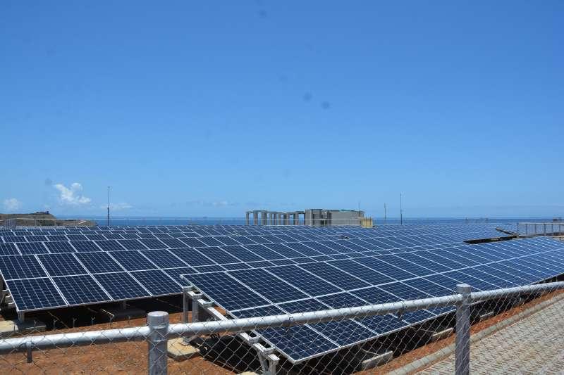 再生能源發電量不穩定,如太陽光電中午發電量大,但傍晚後發電量急速減少。圖為七美智慧電網太陽能光電板。(資料照,澎湖縣政府提供)