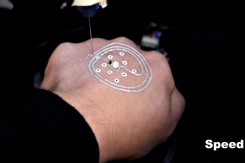 美國研發出在皮膚上3D 列印電路的技術,設備充滿機動性,宣稱可讓軍人隨身攜帶,強化作戰能力。(圖/截自Youtube)