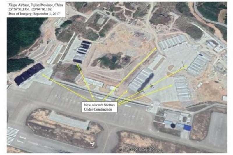 美國國防新聞網公布衛星圖,指共軍在福建水門軍用機場擴建工程將完工,增加24座機堡、跑道、營區等設施。(翻攝Defense News)