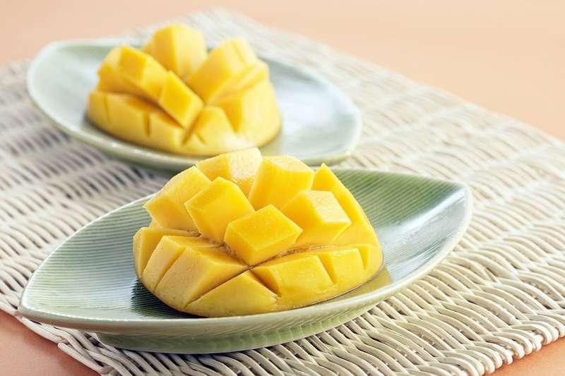 夏天大吃芒果無疑是最幸福的享受,但有傳聞說:芒果吃多很「毒」?(圖/pixabay)