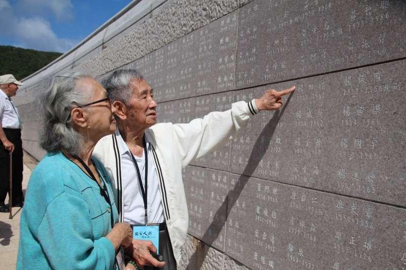 高齡92歲政治受難者楊貴標先生,指著綠島人權紀念碑上的同案難友的名字。(文化部提供)