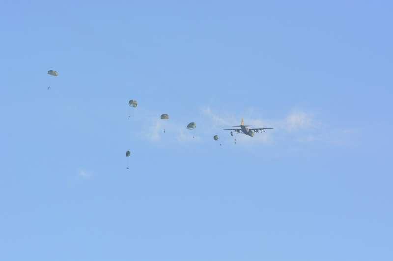 國軍漢光演習預演,今在台中清泉崗基地高空跳傘發生意外。(網友scamprandy提供)
