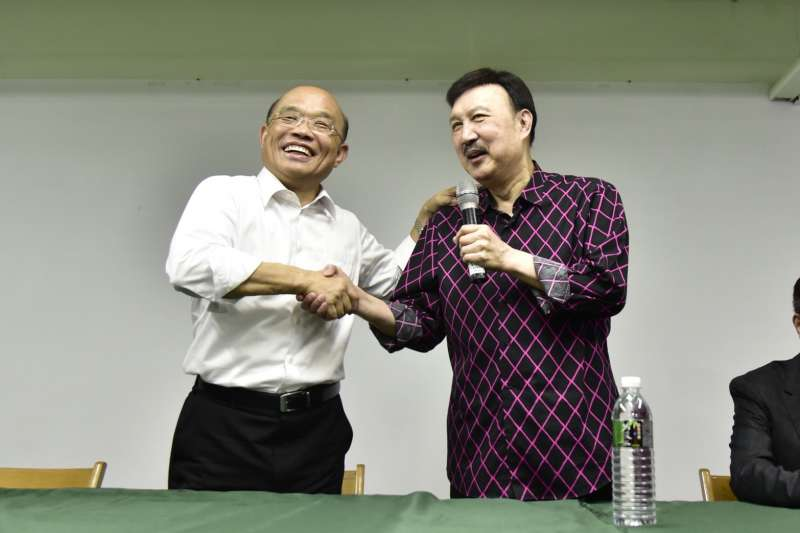 黨部主委余天(右)盛讚蘇貞昌(左)是「最強的人」,他也自豪自己在新北兩年打下不錯基礎,只要蘇貞昌「衝」,他跟後面全力衝。(蘇貞昌辦公室提供)
