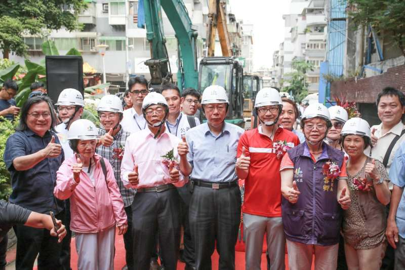 台北市長柯文哲今(18)日出席斯文里三期拆除典禮,致詞時還數度哽咽。(台北市政府提供)