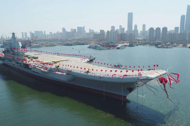 國防部17日證實,中國海軍自製航空母艦以編隊形式航經台灣海峽。圖為2017年4月26日中國首艘國產航母在大連造船廠下水。(資料照,美聯社)