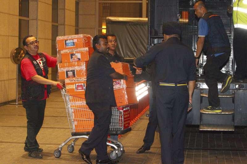 20180518-馬來西亞警方從前總理納吉住處搜出284箱名牌包和名牌手錶等證物。(美聯社)