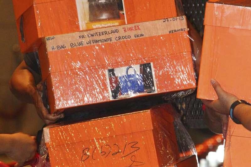 馬來西亞警方從前總理納吉住處搜出284箱名牌包和名牌手錶等證物。(美聯社)