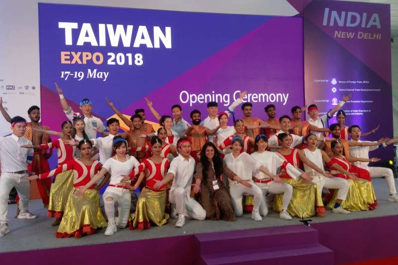 貿協安排台灣啦啦隊與印度舞台在印度台灣形象展共舞,象徵台印文化共融。(張家豪攝)