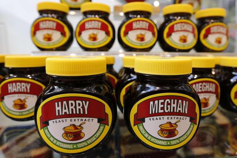 20180518-英國王室19日將舉行婚禮,商家紛紛推出哈利王子和準王妃梅根的相關商品,圖為英國的馬麥醬。(美聯社)