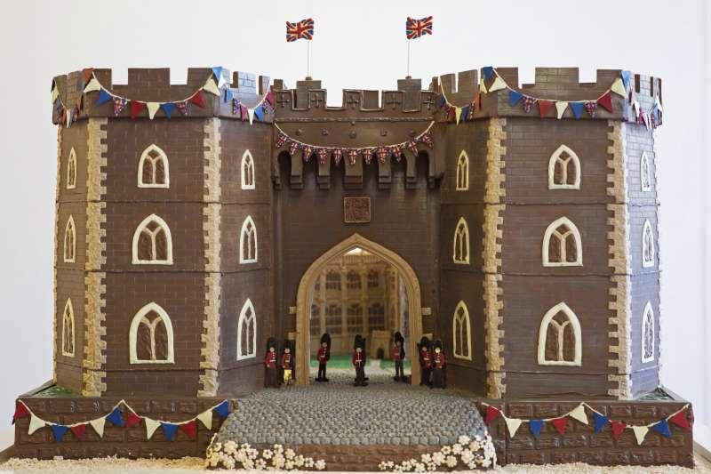 20180518-英國王室19日將舉行婚禮,商家紛紛推出哈利王子和準王妃梅根的相關商品,圖為巧克力做的溫莎城堡。(美聯社)