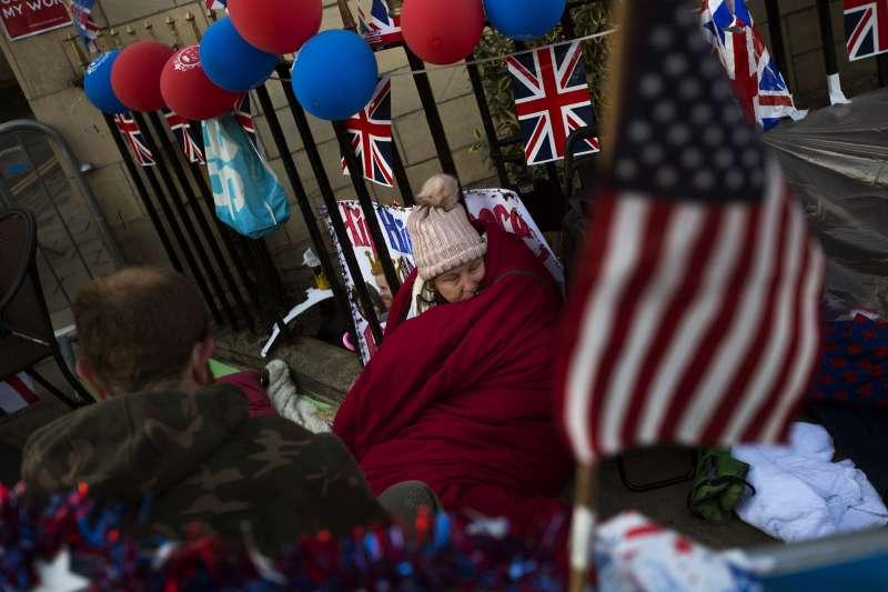 20180518-英國王室19日將舉行婚禮,粉絲們在溫莎城堡外排隊、露宿,只為一睹哈利王子和準王妃梅根的丰采。(美聯社)